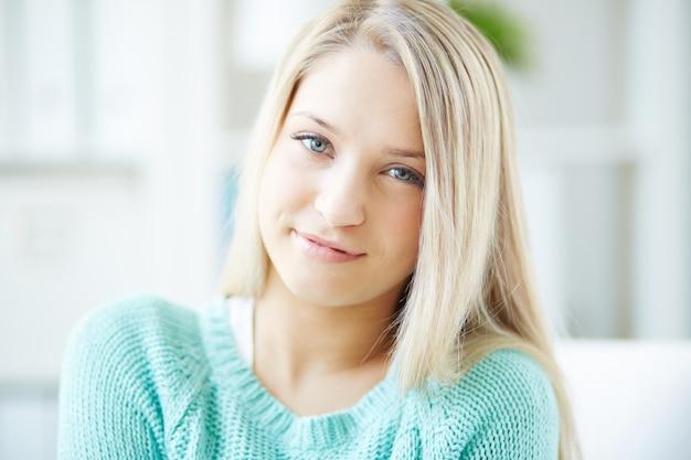 녹색 스웨터와 젊은 여자를 웃 고