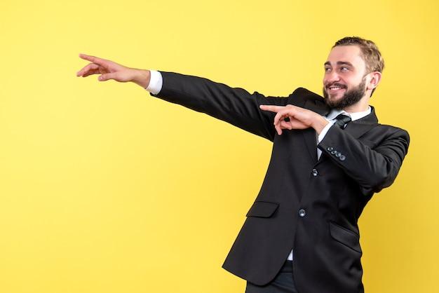 Улыбающийся молодой человек, указывая куда-то на желтый