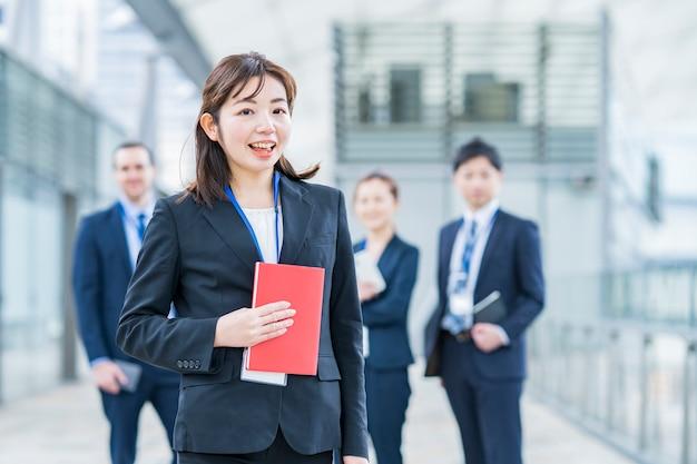 Smily 아시아 비즈니스 여자 입석 및 그녀의 비즈니스 팀
