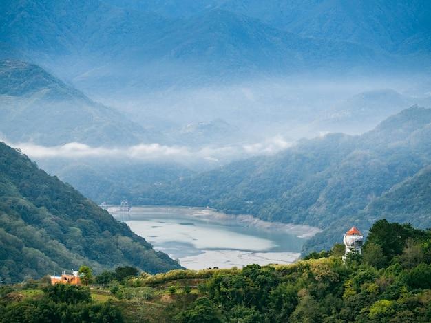 風景の上に煙と霧。青い空と美しい山々