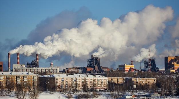 煙とスモッグ。環境への有害な放出。工場による大気汚染。排ガス。環境災害。都市の劣悪な環境