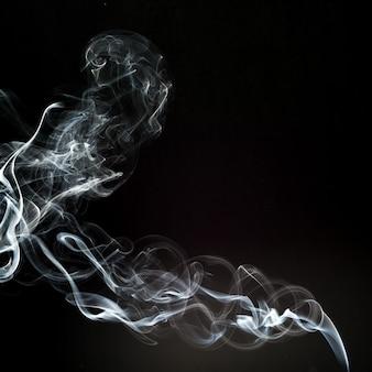 Облако дыма с черным фоном. текстура тумана