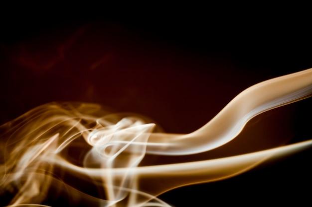 Сбор дыма на черном фоне