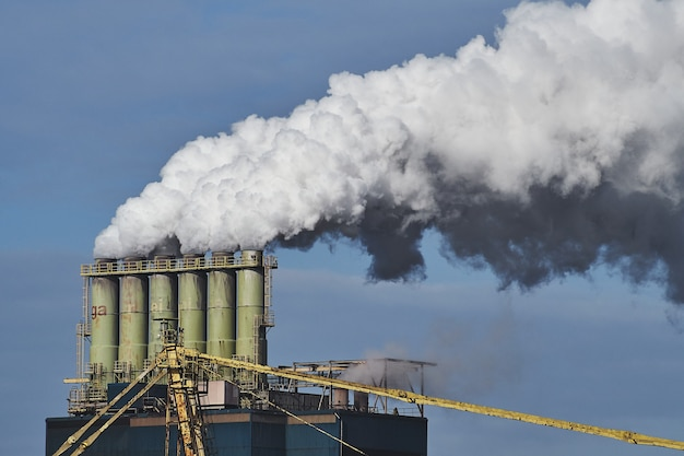 산업 지역의 공장에서 나오는 연기