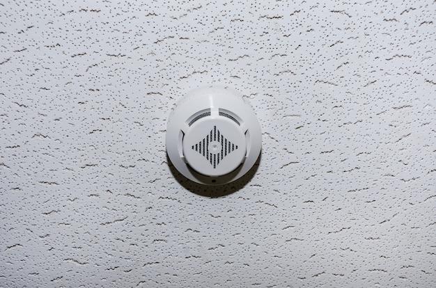 部屋の天井にある煙探知器