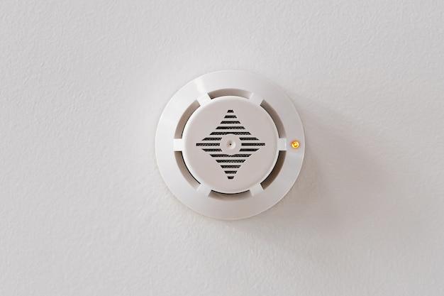 白い天井の煙探知器。火災警報。