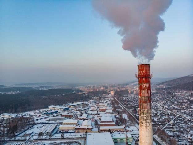 공장 파이프에서 연기가 방출됩니다.