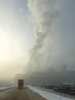 カナダ、ブリティッシュコロンビア州、プリンスジョージの工場から噴出した煙