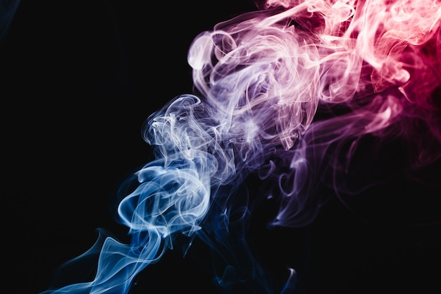Дым, плавающий в воздухе на темном фоне