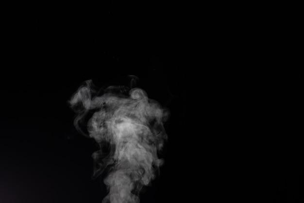 黒の背景に煙の断片。