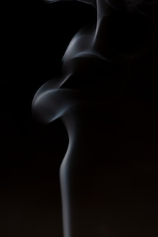 Дым от ароматерапевтических ароматических палочек с запахом сандалового дерева и эфирного масла в китайской медицине.