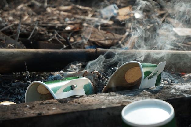 쓰레기를 태우면서 나오는 연기가 재가 되어 지구 온난화를 일으키고 있습니다.