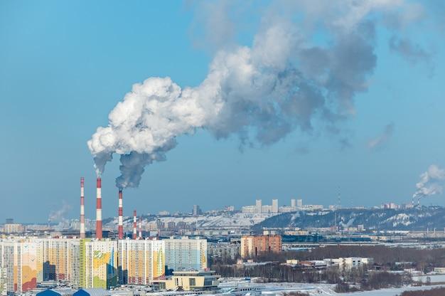 石炭火力発電所の煙突からの煙