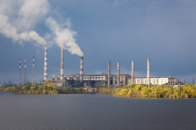 강 다리에 발전소 굴뚝에서 연기