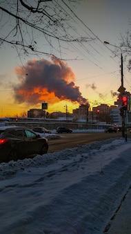 市内の工場の煙突から煙が出る