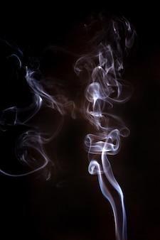 黒の背景に煙の動き。