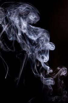 Движение дыма на черной поверхности.
