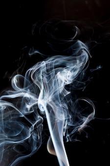黒の背景に煙。