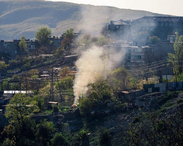 山の村を煙で覆います。ダゲスタン共和国、ドゥプキ。