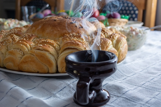 Дым поднимается от крессе на столе с едой на православную пасху