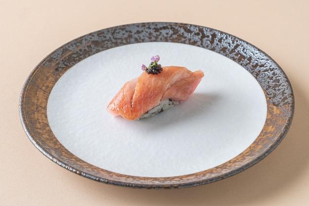 Копченый лосось сырой на рисе для суши - японская кухня