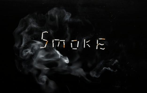 タバコでできた煙のサイン