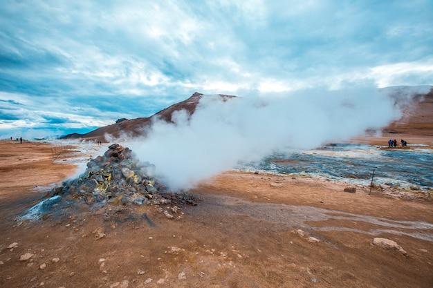 Дымоходы в миватнском парке. исландиядымные пароварки в миватнском парке. исландия