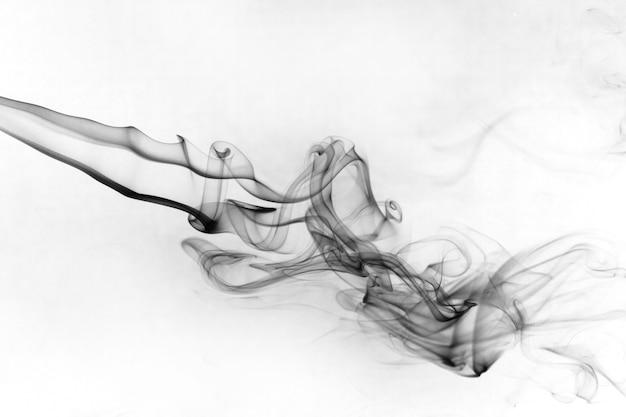 Дым токсичное движение на белой поверхности.