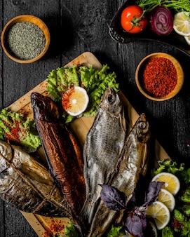 Рыба копченая и гриль с пряностями и лимоном.