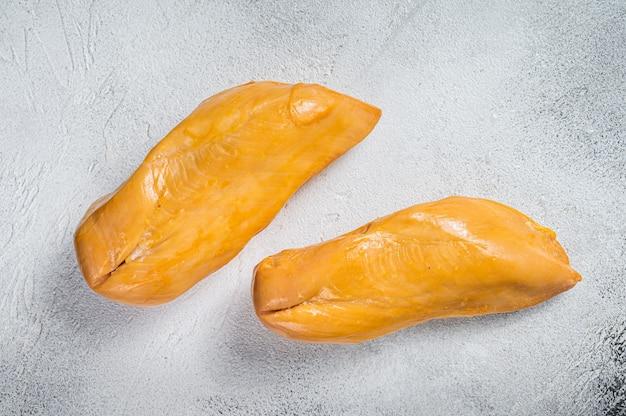 훈제 닭 가슴살 등심 고기 진미. 화이트 테이블. 평면도.