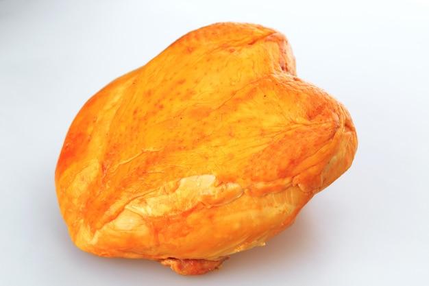 白い背景の上の鶏の胸肉のスモーク