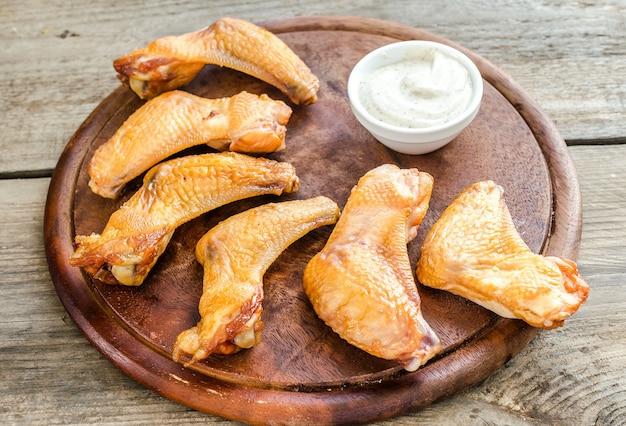 매운 소스를 곁들인 훈제 닭 날개