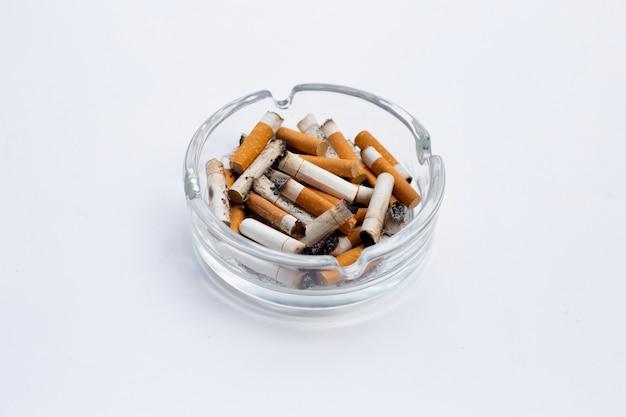 白い背景の上の煙草。コピースペース