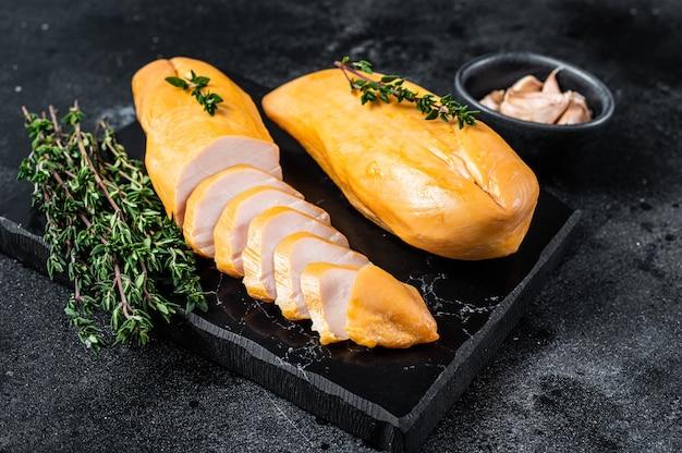 훈제 컷 닭 가슴살 등심 고기 진미. 블랙 테이블. 평면도.