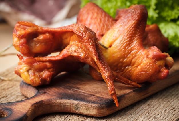 Копченые вкусные куриные крылышки на оргалите