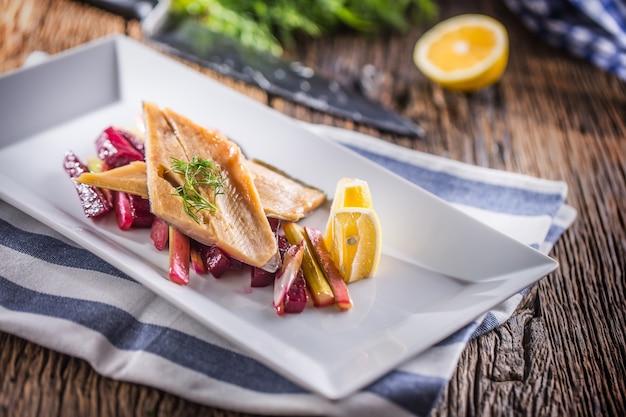Копченое филе форели с овощным укропом и лимоном рыба с овощным салатом на тарелке в ресторане