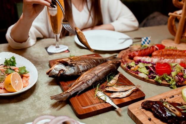 Копченая рыба и жареные колбаски