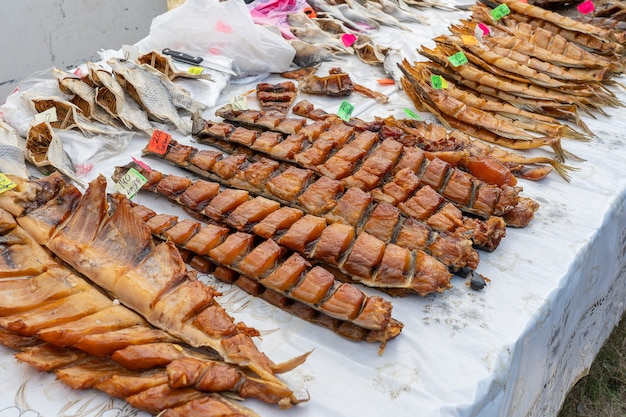 Копченая рыба для продажи на рынке уличной еды, украина, крупным планом