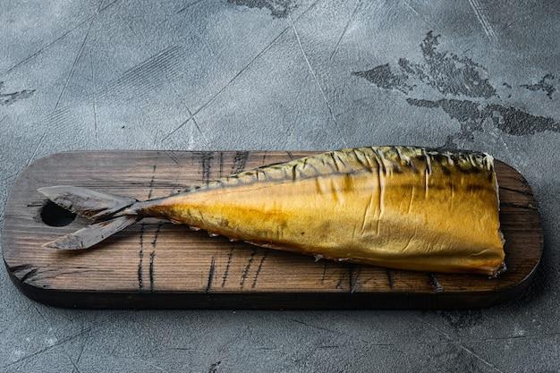 Копченая рыба скумбрия, на сером столе
