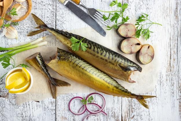 Копченая рыба скумбрия или скумбрия на белом фоне деревянные. вид сверху.