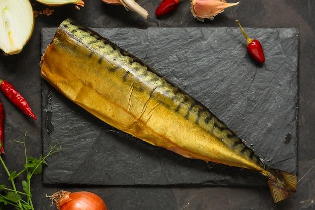 Рыба копченая скумбрия с ингредиентами