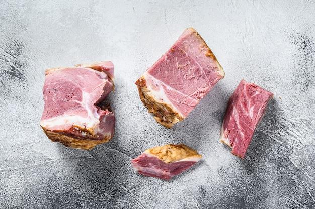 커팅 보드에 훈제 돼지 고기 목 고기