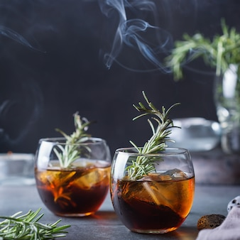 スモークローズマリーの昔ながらのカクテル。強いアルコール飲料、飲料
