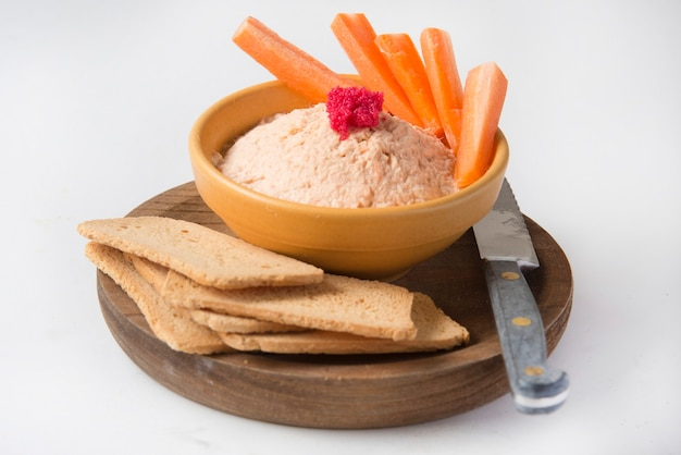Паштет из копченого лосося с гренками и морковью