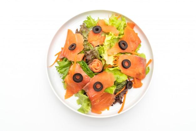 Салат с копченым лососем - здоровое питание