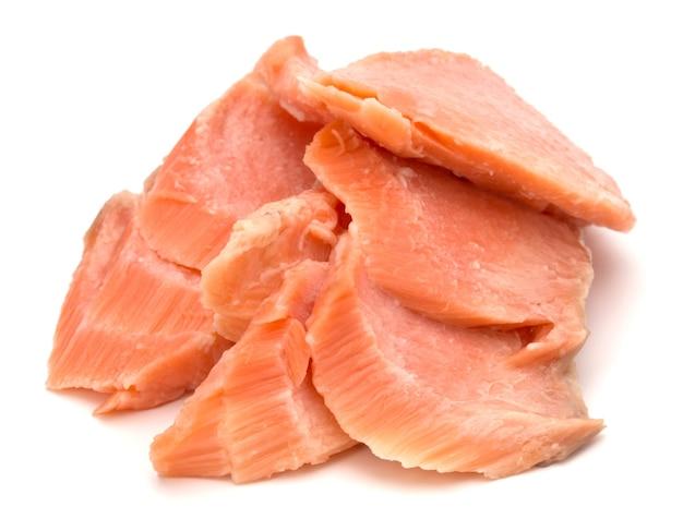 Сегменты копченого лосося, изолированные на белом фоне. подготовленные волокна филе рыбы.