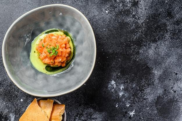 Тартар из копченого лосося и авокадо