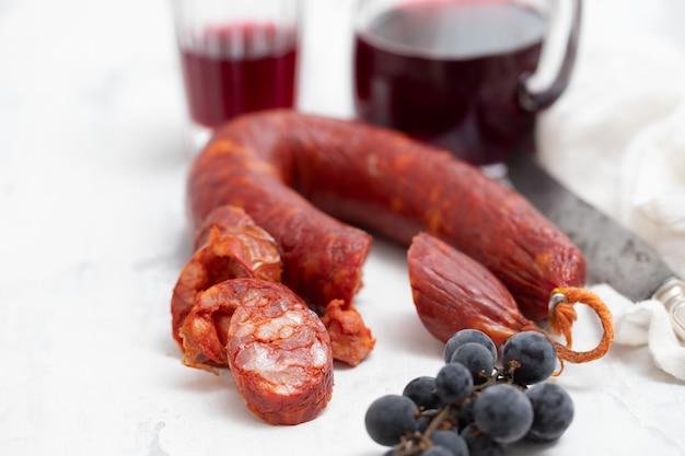 Копченая колбаса с красным вином