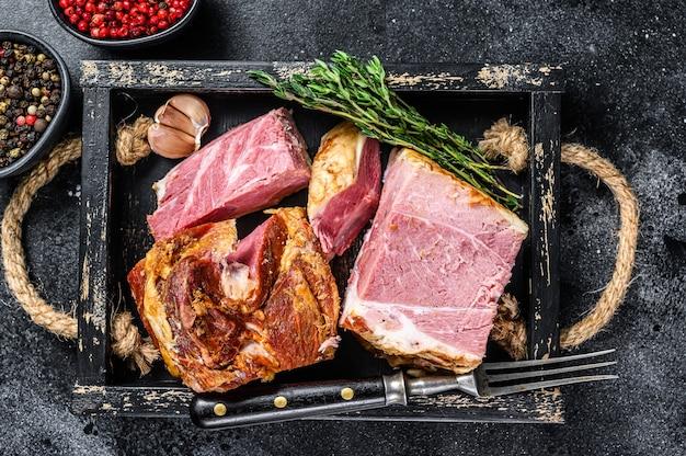 Копченые кусочки свинины бекон мясо на деревянном подносе