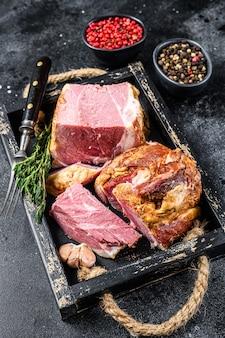 나무 쟁반에 훈제 슬라이스 돼지 고기 슬래브 베이컨 고기
